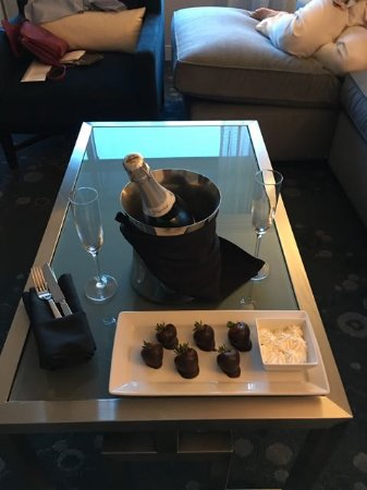 Renaissance Arlington Capital View Hotel: Champagne part of Romantic Weekend deal direct with hotel.
