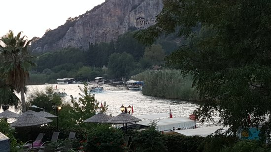 Dalyan Tezcan Hotel: view from 1st floor balcony...   dusk on the river......