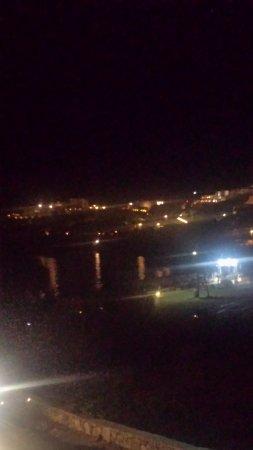Mina Beach Hotel: notturna