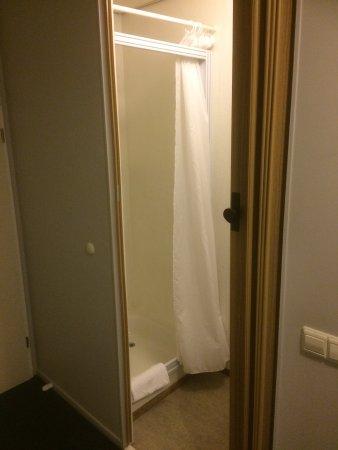 """Oosterwolde, Ολλανδία: """"badkamer"""" Links de douch en rechts een wastafel, af te sluiten met een gammele harmonicadeur"""
