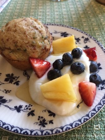 Golden Stage Inn Bed and Breakfast: Breakfast served in the sunroom