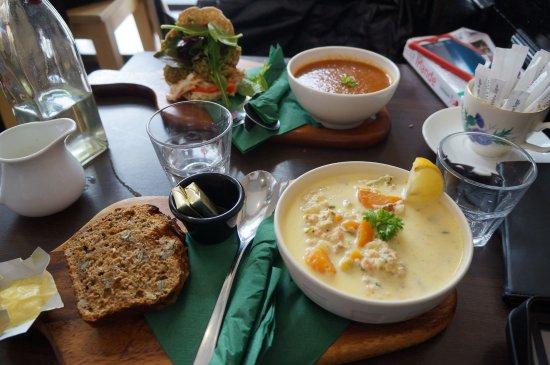 Athlone, Irlandia: Seafood chowder, soupe et sandwich pitta végétarien