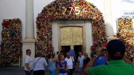 Iglesia de San Jaime y Santa Ana: Puerta principal de la Iglesia engalanada motivo fiestas patronales
