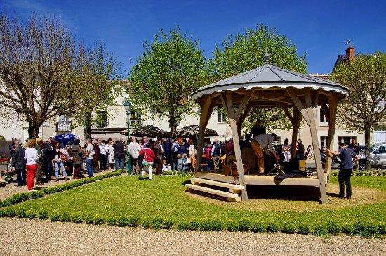 Richelieu, Francia: Kiosque à musique nouvellement créé juste en face du Chinon et jouxtant sa terrasse.  (Source ph