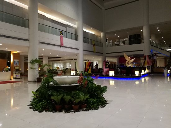 Pullman Kuching: Ground Floor with bar, music & lots of place to sit