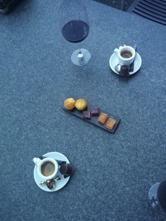 Buren an der Aare, سويسرا: Friandises - vom Feinsten, Espresso wie Im Himmel