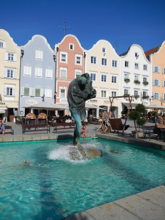 Unterer Stadtplatz: St Christopher and the classic stores