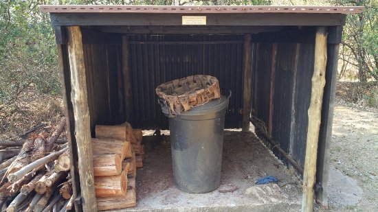 Louis Trichardt, Sudáfrica: Firewood and baobab shells for fire lighting