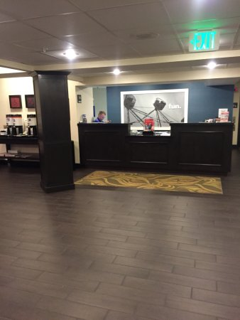 Hampton Inn Harrisburg / Grantville / Hershey: The checkin area and the free coffee/tea to the left of it.