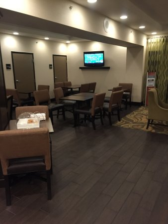 Hampton Inn Harrisburg / Grantville / Hershey: Seating in the lobby, note the free cookies on the near table.