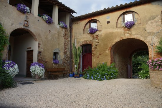 Agriturismo Marciano: central courtyard