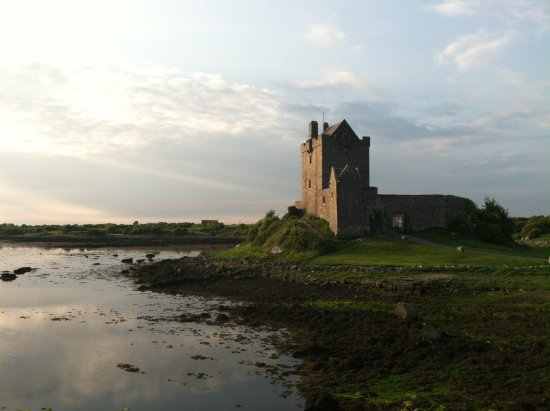 Kinvara, Irland: Dunguaire Castle towards evening