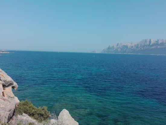 Murta Maria, Itália: Vista dalla rupe a lato della cala
