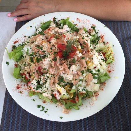 Butua: Салат  -6 евро, буквально по размеру на три порции