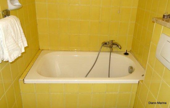 Hotel Moresco: Badet på værelse 305. Ingen holder til bruseren eller badeforhæng.