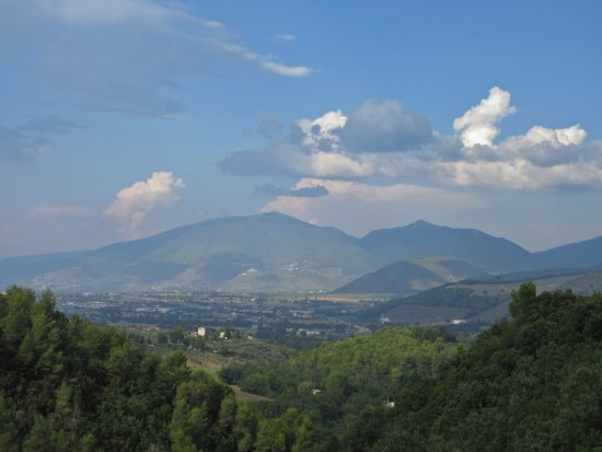 Monteluco, İtalya: View from the viaduct of the Spoleto-Norcia railway path.