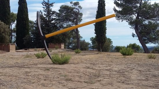 Nissan-lez-Enserune, Fransa: Pour creuser le sol il n'y a rien de mieux qu'une pioche -celle-ci est oeuvre de sculpteur Lione