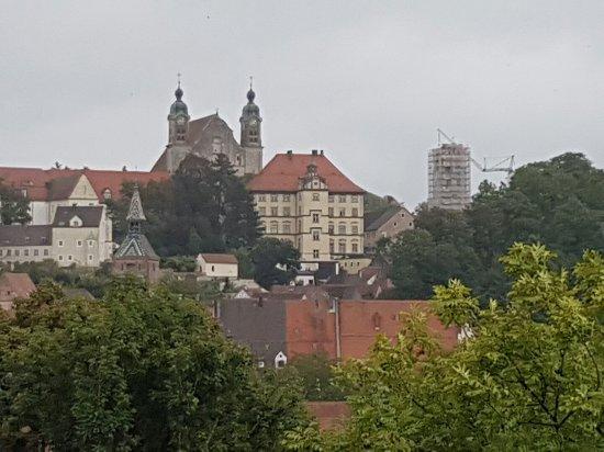 Landsberg am Lech, Alemania: Heilig Kreuz Kirche vom Mutterturm aus gesehen.