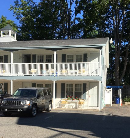 Studio East Motel: Room 102 is just behind the vehicle in the photo. There is a hot tub & seating area behind this