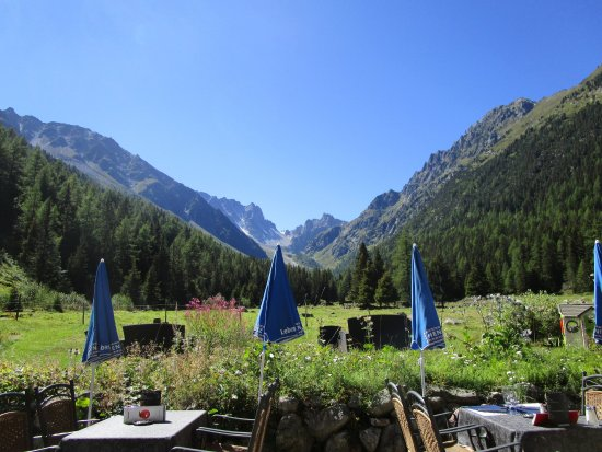 แชมเพกซ์, สวิตเซอร์แลนด์: Beautiful view of the Col de la Fenetre from the outside dining tables.
