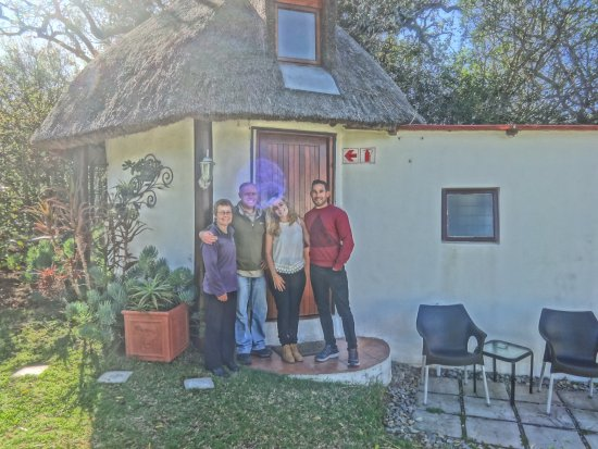 Bathurst, Sør-Afrika: Us with our hosts, Steve and Emma, in front of the rondaval.