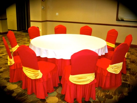 Prospect Heights, IL: Table with White & Red Decoration