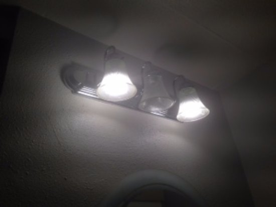 Budget Inn SLO Cal Poly: missing bulb