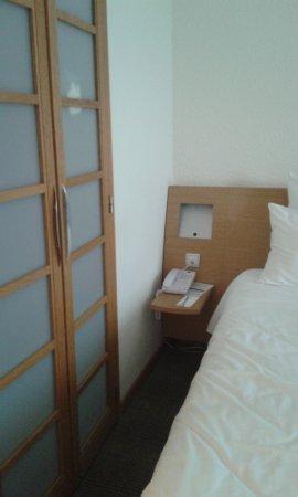 portes de la salle de bain  gauche tr¨s peu de place pour l