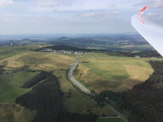 Gersfeld, Jerman: Zicht vanuit het vliegtuig op de weg naar het vliegveld