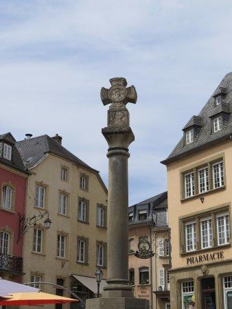 Колонна с крестом в центре рыночной площади