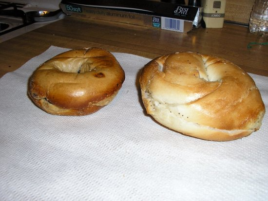Franklin Square, Nova York: A&S bagel on left,other on right (15 cents cheaper)
