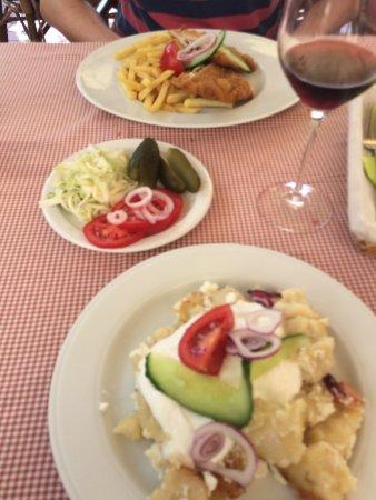 Nagykanizsa, Hungría: Due piatti e un'insalata mista