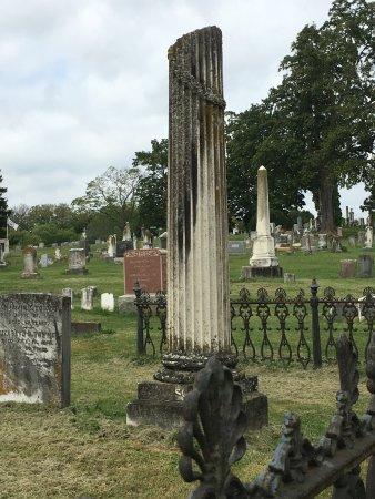 "Shepherdstown, Virginia Occidental: ""Broken"" column of life in family plot."