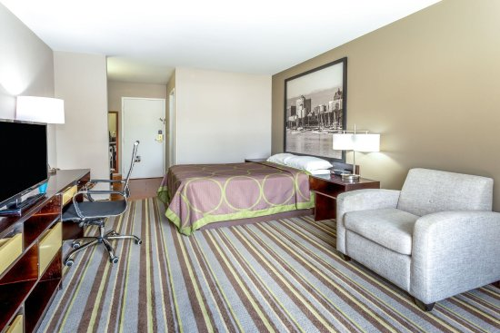 Super 8 Delavan Near Lake Geneva: King Bed