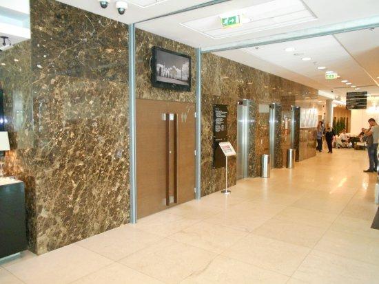 Отель Meriton Grand Conference & Spa Hotel: Mellan receptionen och cafèterian.