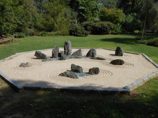 Beaumont-Monteux, France : rester méditer devant ce jardin japonnais