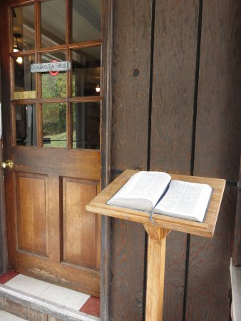 Sutton, Virginie-Occidentale : Open Bible in the foyer