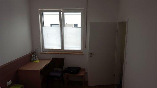 Altdorf, Deutschland: Fenster und Schreibtisch