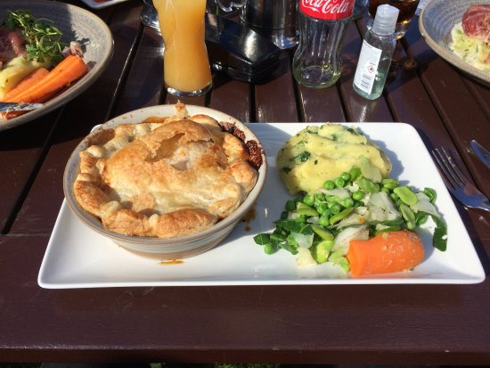 Hare and Hounds: Great chicken pie in the beer garden on a fab summer day