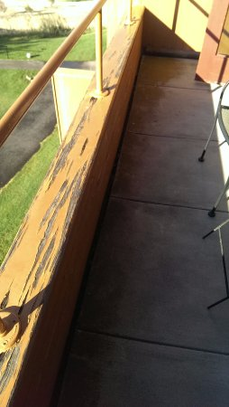 Warm Springs, Oregón: Paint is peeling on railing