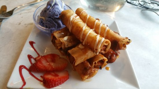 Woodside, Νέα Υόρκη: Turon with Ube Ice Cream [A]: Banana wrapped in spring roll wrapping and deep fried.