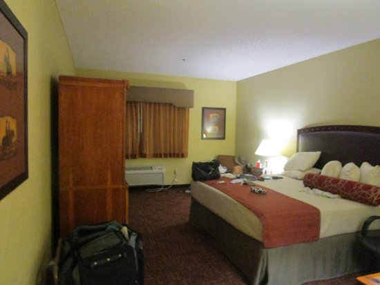 BEST WESTERN PLUS Inn of Williams: Our room when we walked in. Plenty of room and all the expected items.