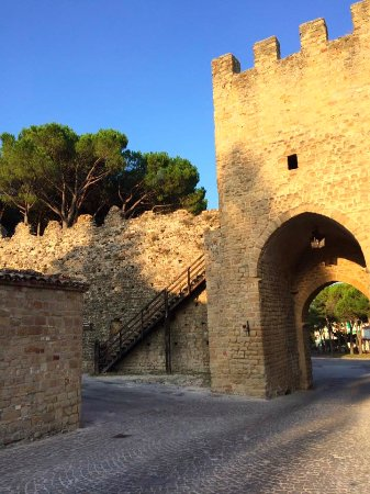 Cessapalombo, Италия: San Ginesio, a 10 minuti d'auto dall'Olmo di Casigliano