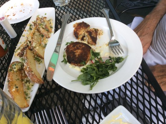 Hemenway's Seafood Grill & Oyster Bar: Crab cakes and Steak fries
