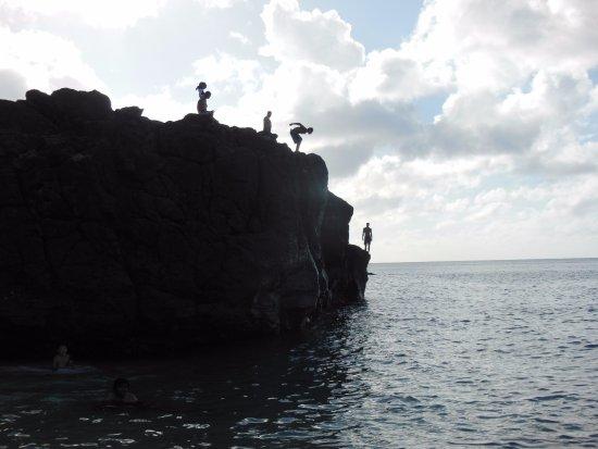 Waimea Bay : kids jumping into the water