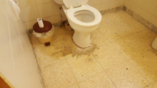 Blue Sea San Anton: our clean bathroom NOT