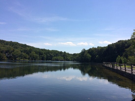 Cold Spring Harbor, NY: Beautiful views by the pond