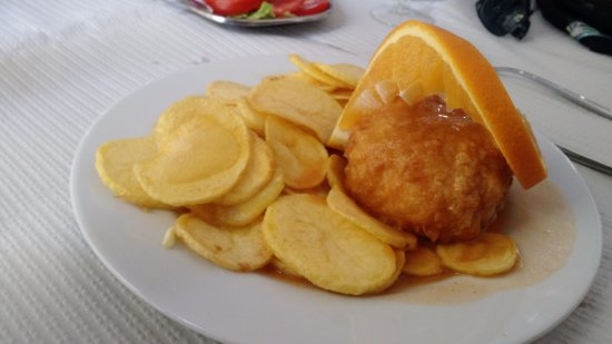 Restaurante Muralhas de Celoryco: Bacalhau recheado com queijo da serra da estrela e batatas portuguesas....maravilhoso!!