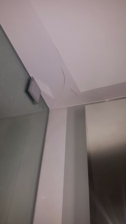 The Betsy - South Beach: cracks in ceiling