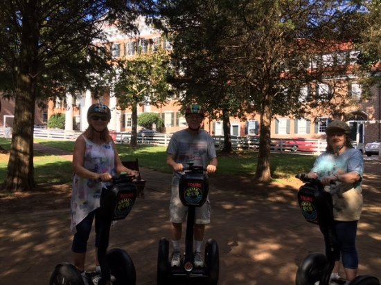 Winston Salem, Carolina do Norte: On the segway in Old Salem with my sister and brother-in-law